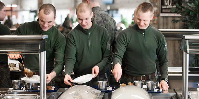 Soldiers distributing food
